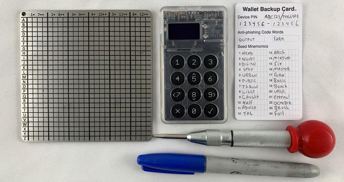 Preservar la semilla de la renovación de la billetera bitcoin es esencial para la propia soberanía.  A continuación, le indicamos cómo hacerlo con una placa de respaldo de acero BitPlates Domino.